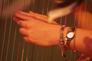 Geka beim Harfespielen